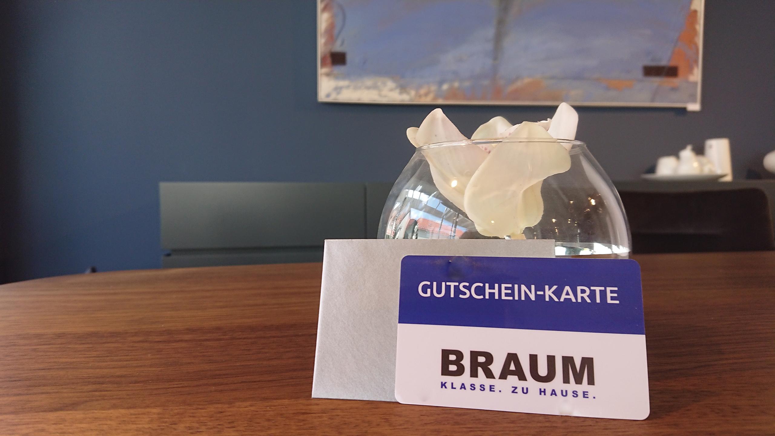 Geschenkkarte von Möbel Braum vor Gemälde