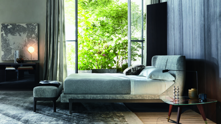 Bett Fulham in grau vor bodentiefen Fenstern